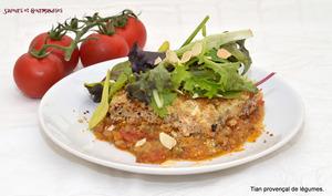 Tian provençal de légumes au fromage de chèvre et mesclun de salade aux amandes torréfiées