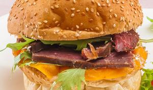 Burger au magret de canard séché, mangue et roquette