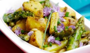 Rissolé de pommes de terre nouvelles aux asperges vertes et oignons nouveaux