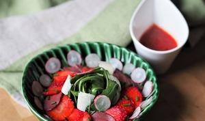 Salade composée roquette, magret de canard et fraise