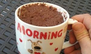 Mug cake light au chocolat et fraises
