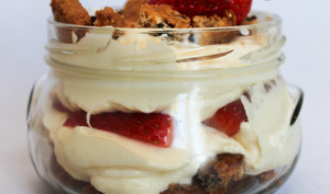 Le tiramisu qui se tient – fraises et cookies