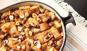 Bread pudding chocolat-noisettes, sauce au rhum