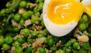Salade de petits pois au quinoa avec un oeuf mollet