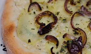 Pizza aux pommes de terre et au romarin