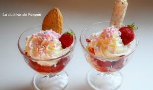 Glace vanille avec des fraises parfumées à la liqueur de basilic