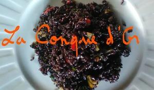 Salade de riz noir Venere avec aubergines, poivrons et tomates