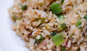 Poêlée de riz aux oignons nouveaux et au curry