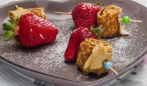 Brochettes de crêpes aux fraises