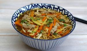 Bouillon asiatique au veau, nouilles et légumes