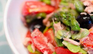 Salade de fèves, aux asperges vertes, aux tomates et au thon