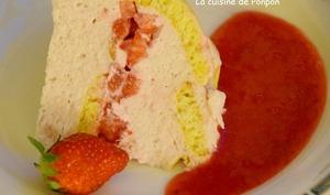 Charlotte aux fraises à la pâte d'amande et parfumée au basilic