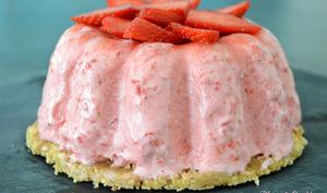 Gâteau mousseux et glacé aux fraises