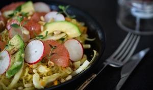 Salade de choucroute crue, fenouil, pamplemousse et avocat