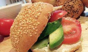 Petits pains aux graines maison et sandwich crudités