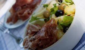 Salade apéritive aux olives, pommes de terre et jambon de Parme -