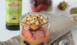 Salade de fruits en bocal et son crumble à l'huile d'olive