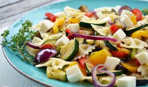 Salade de pâtes farfalle aux légumes grillés, thym et mozzarella