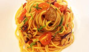 Spaghetti aux aubergines frites et aux tomates cerise