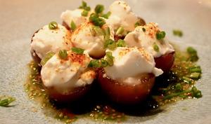 Tomates farcies au chèvre. Vinaigrette et ciboulette