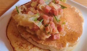 Pancakes au tofu, garnis de poireau, jambon, érable et pomme