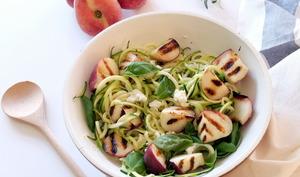 Spaghettis de courgettes, pêches grillées, mozzarella et basilic