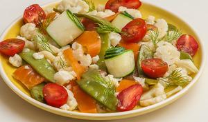 Salade de chou fleur, truite, concombre, tomate et aneth