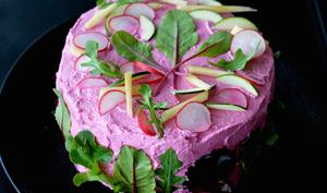 Sandwich cake revisité à la betterave, légumes et maquereau fumé