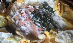 Saumon aux herbes en croûte de meringue salée