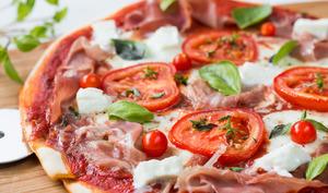 Pizza au jambon cru, tomate et mozzarella