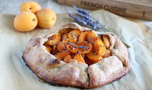 Tarte rustique aux abricots et à la lavande
