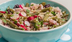 Salade de quinoa aux haricots, radis, jambon et cranberries