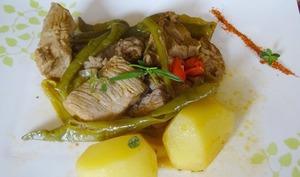 Sauté de veau aux piments doux basques, thym, romarin et piment d'Espelette