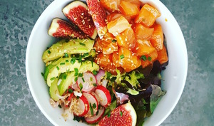 Poke bowl au saumon et à la figue
