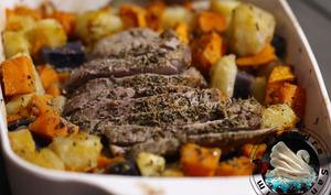 Rôti de bœuf sur lit de patates multicolores