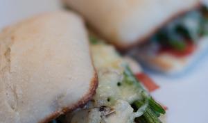Sandwich au jambon Serrano, aux haricots verts et aux amandes