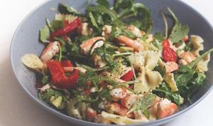 Salade de pâtes, crevettes, avocat et poivron rouge