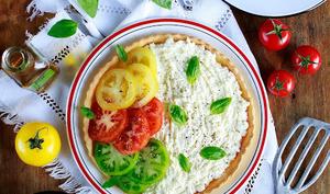 Tarte à la brousse de brebis, basilic et tomates anciennes