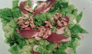 Chou frisé en salade, noix et filet séché