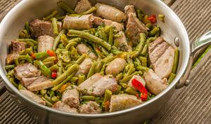 Poêlée de saucisses et poitrine aux haricots verts et poivrons