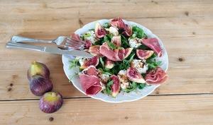 Salade aux figues, jambon cru et mozzarella