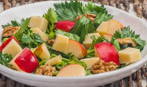 Salade de céleri aux pommes, noix et cantal