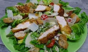 Filets de dinde panés aux Socca Chips® façon salade Cesar