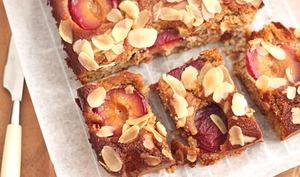 Cake moelleux aux prunes, noisettes et amandes