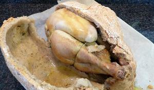 Poulet cuit en croûte de pâte à sel