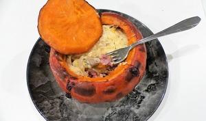 Potimarron farci aux champignons, oignons et lardons