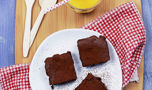 Brownie au chocolat noir, noisettes et zestes d'orange