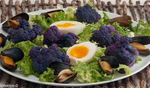 Salade de chou fleur violet aux oeufs et aux moules