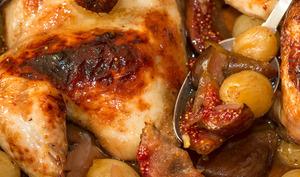 Coquelet rôti au miel, raisins confits et figues