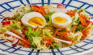 Salade d'oeufs, carotte, radis et noix